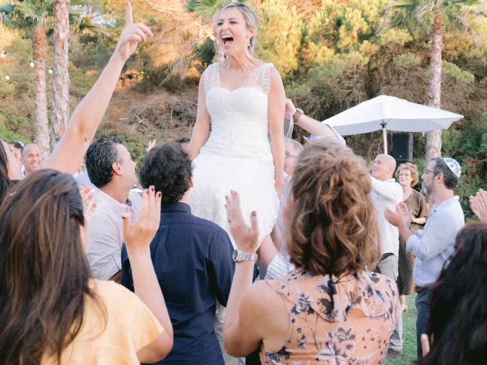 noiva em casamento judaico levantada numa cadeira